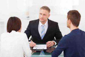 Ein paar lässt sich von einem Anwalt zur Scheidungsfolgenvereinbarung beraten