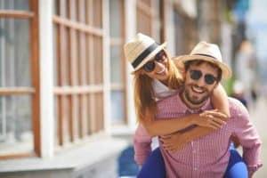 Paar in einer Lebensgemeinschaft umarmt sich