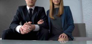 Ehepaar wartet darauf einen Vertrag zu unterschreiben