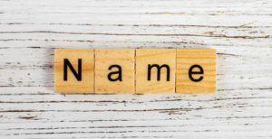 Das Wort Name auf Holzblöcke gedruckt