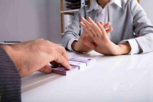 Frauenhand lehnt Unterhalt ab.