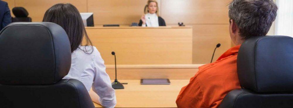Paar sitzt bei Gericht vor Richterin