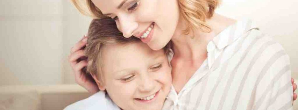 Mutter nimmt Sohn in den Arm
