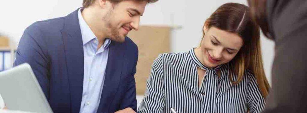 Junges Paar unterschreibt einen Ehevertrag