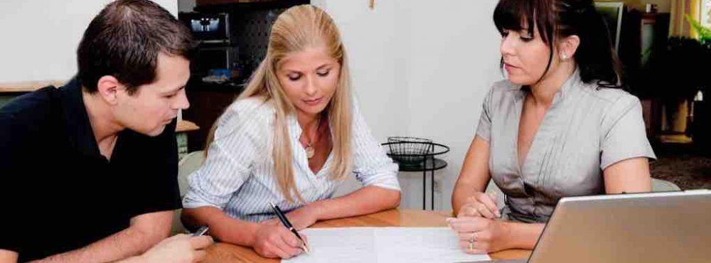 Ein Paar unterschreibt einen Ehevertrag