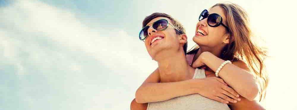 Mann trägt Partnerin auf dem Rücken