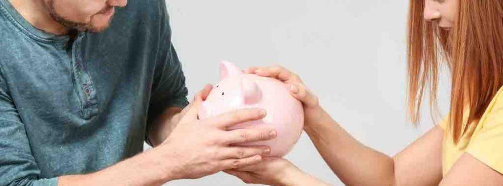 Paar streitet um ein Sparschwein