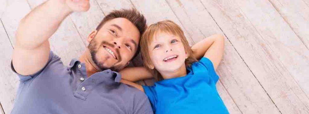 Vater und Sohn liegen auf dem Boden