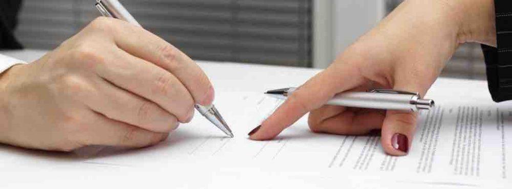 Person unterschreibt einen Scheidungsantrag