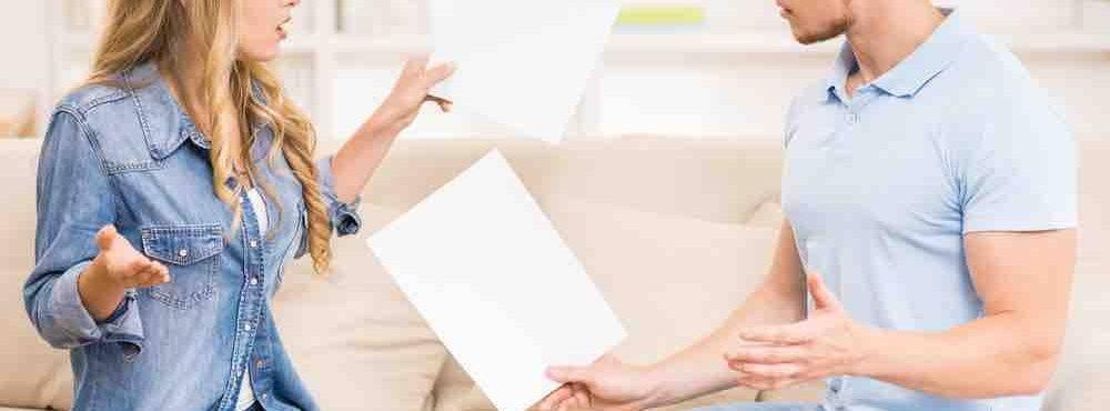 Junges Paar diskutiert die Vereinbarung eines Scheidungsvergleichs