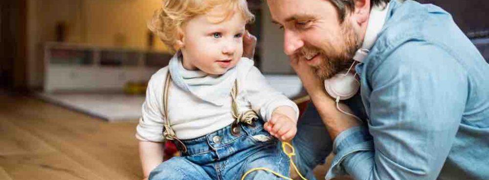 Vater spielt mit seinem Sohn auf dem Fußboden