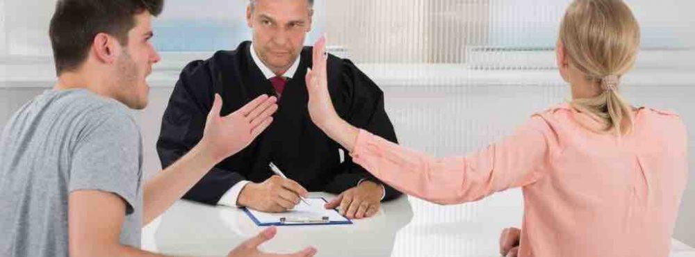 Paar streitet sich vor Rechtsanwalt