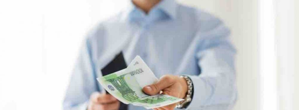 Mann streckt mehrere hundert Euro entgegen